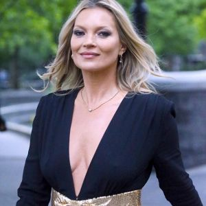 Kate Moss super sexy con la jumpsuit nera firmata Saint laurent